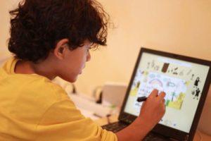 Junge zeichnet am Bildschirm einen Cartoon