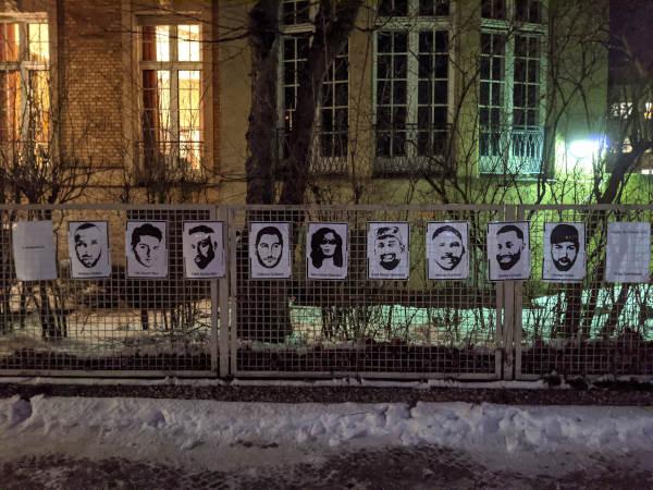 Bilder der Opfer des Anschlags in Hanau am Zaun der Ulme35